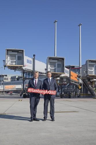 Heute wurde die Airbus A 380 Position (3.Brücke _links) von  Volker Greiner (Emirates Vice President North and Central Europe_l.) und Michael Eggenschwiler (Vorsitzender der GF der Flughafen Hamburg GmbH)