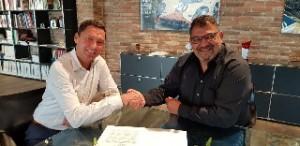 Uwe Mohr (left), AIDA Cruises, and Akhil Kapur, CRUISEHOST Solutions, signing cooperation agreement - photo CRUISEHOST